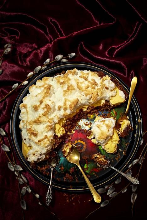 Sofi Oksasen limettipiiraassa on hapankermaa, joka leikkaa makeutta.
