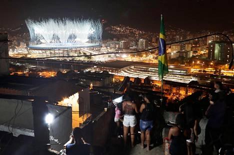 Rion olympialaisten avajaiset nähtynä Mangueiran kylän katoilta.