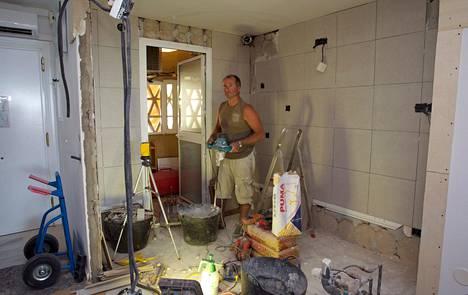 Espanjan Aurinkorannikolla suomalaiskotia keskiviikkona remontoinut yrittäjä Pekka Rosholm kertoo suomalaisten käyttävän paikallisia yrityksiä usein, sillä remonttitöissä täytyy tuntea paikallinen lainsäädäntö ja asioida paikallisten tavarantoimittajien kanssa.