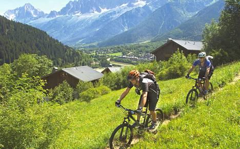 Maastopyörällä pääsee Alpeilla ajamaan vaikka kinttupolkua. Kuvassa pyöräilijöitä Sveitsin ja Ranskan rajamailla.