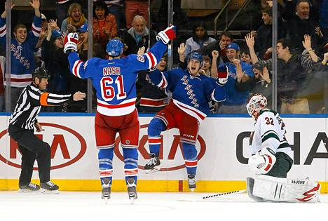 Rangersin Chris Kreider (keskellä) juhli Niklas Bäckströmin taakse iskemäänsä maalia yhdessä Rick Nashin kanssa.