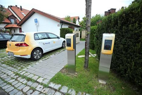 Sähköauto latausasemalla Saksassa.