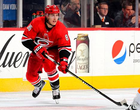 Carolina Hurricanesin hyökkääjä Teuvo Teräväinen kuljetti kiekkoa NHL-ottelussa Philadelphiassa.