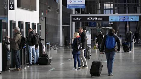 Tallinnaan matkustavia Länsiterminaalissa Helsingissä 15. toukokuuta.