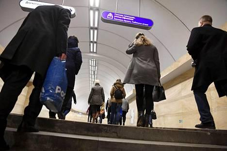 Matkustajat saapuivat tiistaiaamuna normaalisti Sennaja ploštšadin eli Heinätorin metroasemalle maanantaisen pommi-iskun jälkeen. Iltapäivällä asema kuitenkin evakuoitiin uuden pommiuhan vuoksi.