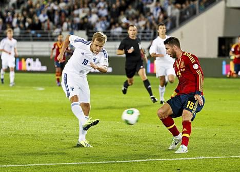 Teemu Pukki ja Sergio Ramos MM-karsintaottelussa Suomi-Espanja Helsingissä syyskuussa 2013.