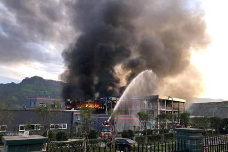 Pelastustyöntekijät sammuttivat räjähdyksen jälkeistä tulipaloa torstaina 12. heinäkuuta.