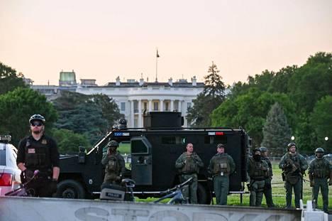 Poliisin erikoisyksikkö SWAT Valkoisen talon ulkopuolella Washingtonissa 31. toukokuuta.