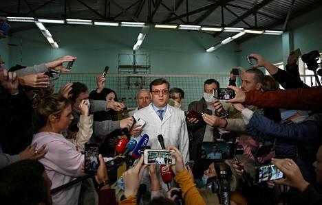 Aleksei Navalnyita hoitanut lääkäri Aleksandr Murahovski tiedotusvälineiden ympäröimänä Omskissa 21. elokuuta.