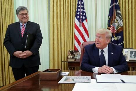Yhdysvaltain presidentti Donald Trump puhui sosiaalista mediaa koskevasta asetuksesta toimittajille Valkoisessa talossa torstaina. Vieressä oikeusministeri William Barr.