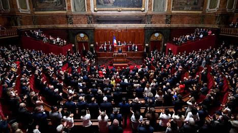 Presidentti Emmanuel Macron päätti pitää linjapuheensa parlamentin molemmille kamareille Versaillesin palatsissa heinäkuun alussa. Ratkaisua arvosteltiin jyrkästi. Vasemmiston mukaan se osoitti, että Macron pitää itseään faaraona.