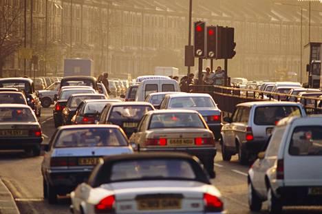 Ruuhkaa Lontoossa. Liikenteen ja teollisuuden päästöt aiheuttavat suurimman osan arvioiduista kuolemista.