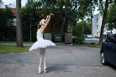 Tanssija Minna Tervamäkeä asvalttipinta ei haitannut, vaan hän näytti, että kärkitossuilla voi tanssia vaikka kuhmuraisella asvaltilla kerrostalon parkkipaikalla roskiksen edessä.