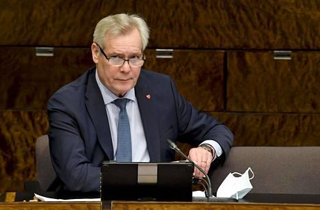 Entinen pääministeri Antti Rinne johtaa nykyään eduskunnan perustuslakivaliokuntaa.