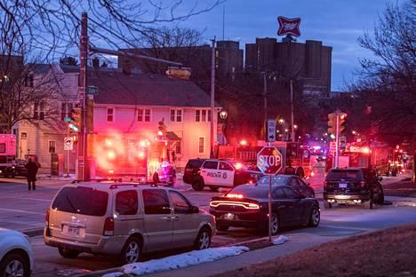 Hälytysajoneuvoja ampumispaikalla Milwaukeessa keskiviikkona.