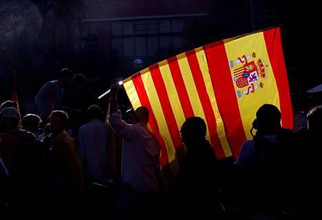 Espanjan yhtenäisyyden kannattaja heilutti Espanjan ja Katalonian lippuja Barcelonassa lokakuun lopussa.