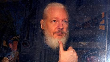 Julian Assange matkalla oikeuden istuntoon Lontoossa viime huhtikuussa.