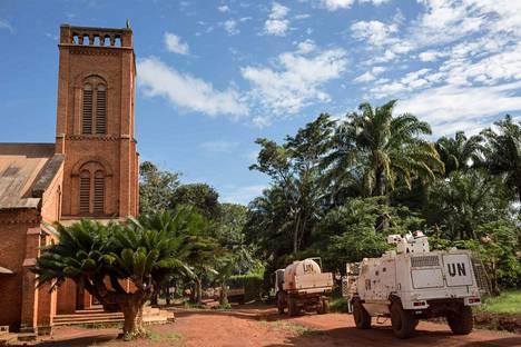 Minusca-joukot operoivat elokuussa 2017 Bangassoun katedraalin edustalla. Alueen katolinen piispa kertoi uutistoimisto AFP:lle sunnuntain hyökkäyksen kaupunkiin alkaneen noin viideltä aamulla.