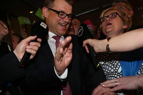 Keskustan puheenjohtaja ja tuleva pääministeri Juha Sipilä kuvattiin keskustan vaalivalvojaisissa puoluetoimistolla huhtikuussa 2015. Sipilän vieressä nykyinen eduskunnan puhemies Anu Vehviläinen.