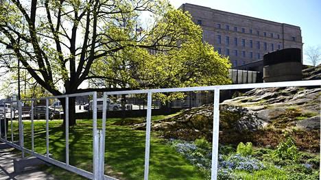 Kuntavaalien ulkomainostelineet eduskunnan edustalla Helsingissä olivat tyhjiä vielä 12. toukokuuta.