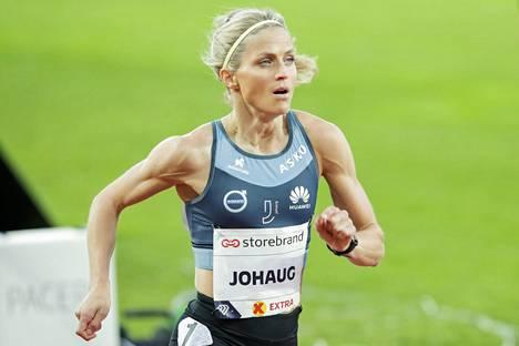 Therese Johaug juoksi yksin 10000 metrin matkan.