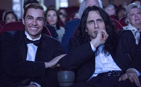 Greg Sestero (Dave Franco, vas.) ja Tommy Wiseau (James Franco) tekevät kulttielokuvaa The Disaster Artist -elokuvassa.