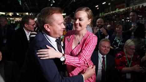 Antti Kaikkonen ja Katri Kulmuni hallavat äänestystulosten tultua ja Kulmunin voiton varmistuttua.