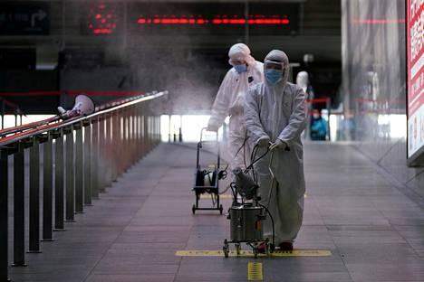 Shanghain rautatieasemaa Kiinassa desinfioitiin torstaina.