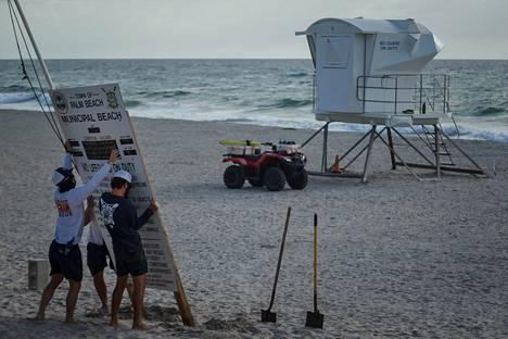 Floridan Palm Beachin rantavartijat valmistautuivat tulevaan myrskyyn poistamalla sääolosuhteista kertovan korkean kyltin.