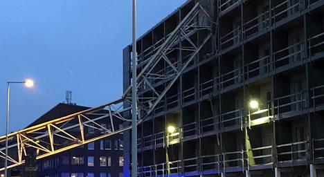 Nosturi romahti rakenteilla olevan kerrostalon päälle Vantaalla viime joulukuussa. Kuva on lukijan ottama.
