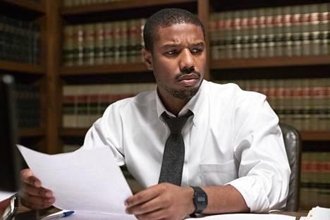 Michael B. Jordan esittää juristi Bryan Stevensonia.