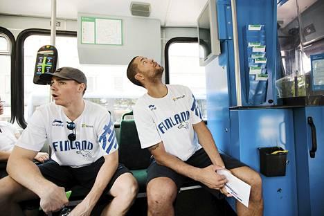Erik Murphy (vas) ja Gerald Lee jr. matkasivat raitiovaunulla tiedotustilaisuuteen.