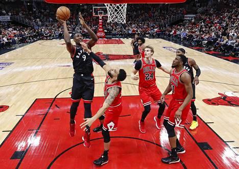 Lauri Markkasen Chicago Bulls hävisi Toronto Raptorsille yön NBA-kierroksella. Kuvassa etualalla pallon kanssa Toronton Serge Ibaka. Häntä puolustaa Denzel Valentine. Edessä oikealla on Chicagon Daniel Gafford.