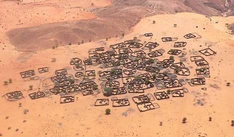 Darfurilainen kylä näkyy helikopterin ikkunasta, kun Haavisto avustajineen matkustaa sissijohtajien kokoukseen huhtikuussa 2007. YK arvioi, että kaksi miljoonaa ihmistä on joutunut pakolaisleireille.