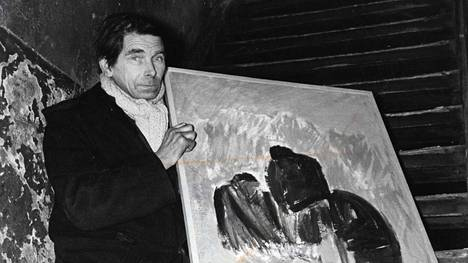 Olavi Martikainen esittelee maalaamansa taulua marraskuussa 1970. Taulu kuvaa mitä ilmeisemmin kaatopaikan asukkaita nuotiolla. Teema toistui monessa taiteilijan työssä.