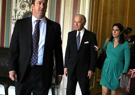Yhdysvaltojen varapresidentti Joe Biden (kesk.) saapui keskiviikkona senaattiin.