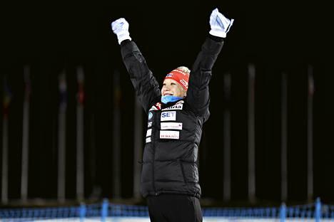 Tulihan se sieltä! Kaisa Mäkäräinen tuulettaa normaalimatkan MM-pronssia.