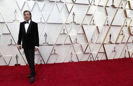 Näyttelijä Brad Pitt punaisella matolla Oscar-gaalassa Los Angelesissa sunnuntaina.