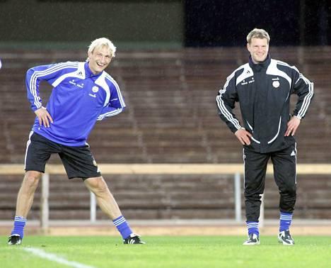 Huuhkajissa yhdessä pelanneet Sami Hyypiä (vas.) ja Teemu Tainio ovat nykyisin Valkeakosken Hakan valmennustiimissä. Kuva vuodelta 2008.