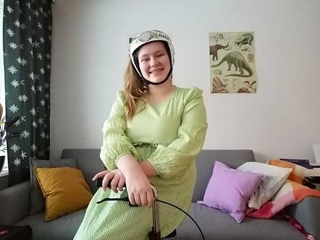 Marja Puustisella, 20, on kohtauksellinen sairaus, jonka vuoksi hän käyttää apuvälineenä kypärää ja rollaattoria.