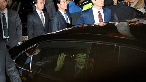 Park Geun-hye vilkutti kannattajilleen saapuessaan presidentin virka-asunnolta yksityisasunnolleen.