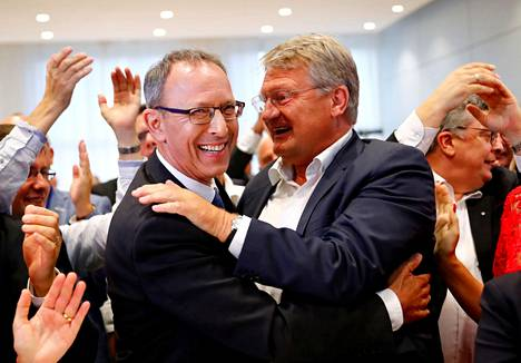 Vaihtoehto Saksalle -puolueen puoluejohtaja Joerg Meuthen (oik.) onnitteli sunnuntai-iltana puolueen Saksin kärkiehdokasta Jörg Urbania.