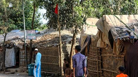 Maailman suurimmaksi sanotulla pakolaisleirillä punaiset liput kertovat koronavirustartunnasta. Kuva on otettu 15. toukokuuta.