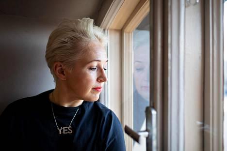 """Anna Perho kuvattiin Rikhardinkadun kirjastossa. Perhoa huvitti, että näinkö viisikymppisiä kohdellaan, kun he kuvaajan kanssa painoivat hississä kerrokseen """"Mennyt maailma""""."""