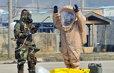 Yhdysvaltalaissotilaat esittelivät suojavarusteitaan Yhdysvaltojen tukikohdassa Etelä-Koreassa Soulin lähellä huhtikuussa.