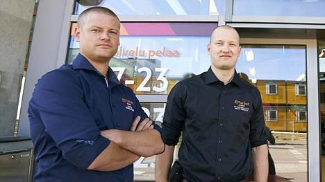 Kauppias Hannu Lehtinen (vas.) ja myymäläpäällikkö Mikko Hekkala ovat päättäneet tehdä varastamisesta mahdollisen hankalaa Kivistön K-marketissa.
