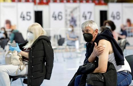 Sputnik V -rokotteen juuri saanut mies lepäsi joukkorokotuspaikalla Pohjois-Makedonian Skopjessa maanantaina.