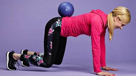 Fysioterapeutti Riikka Ilmivalta näyttää tämän jutun lopussa, kuinka kehon liikeratoja ja liikkuvuutta voi testata itse kotona.