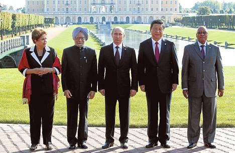 Brics-maiden johtajat Pietarissa syksyllä. Brasilian presidentti Dilma Rousseff (vas.), Intian pääministeri Manmohan Singh, Vladimir Putin, Kiinan presidentti Xi Jinping ja Etelä-Afrikan presidentti Jacob Zuma.