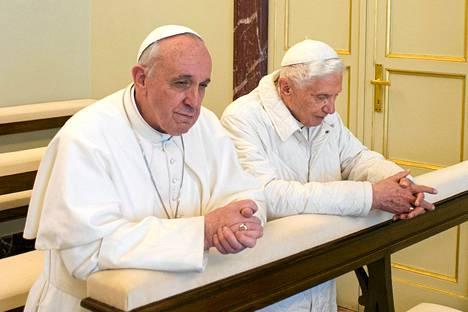 Paavi Franciscus ja Benedictus rukoilivat yhdessä Castel Gandolfossa.